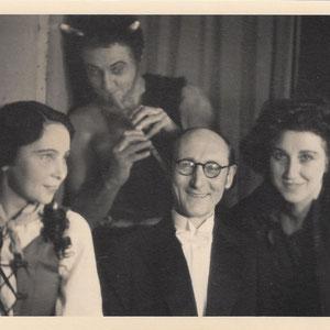 """Walter Furrer mit den Sängerkollegen Eri Lechner (l.), Sibylle Krumpholz und Willy Frey vom Berner Stadttheater anlässlich der Uraufführung seiner ersten Oper """"Der Fraun"""" am 24. Januar 1947"""