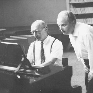 Walter Furrer im Studio Bern mit seinem Schwiegersohn Joachim Wolf