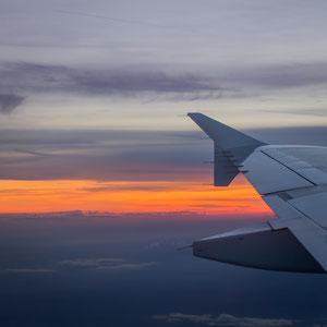 Wunderschöner Sonnenuntergang im Landeanflug auf Hamburg Airport