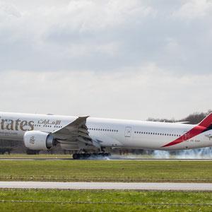 Moment of Touchdown - Die Boeing 777 von Emirates landet mit qualmenden Reifen am Hamburg Airport