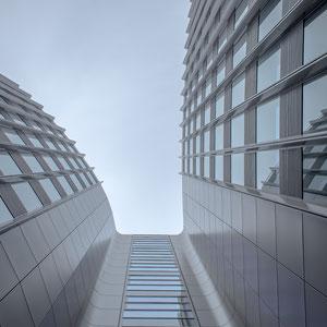 Dieses Bürogebäude steht in unserer Hauptstadt Berlin in der Friedrichstraße