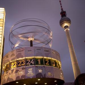 Die Zeit rennt! Die Weltzeituhr auf dem Berliner Alexanderplatz vor dem Fernsehturm