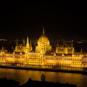 Das ungarische Parlament in Budapest bei Nacht