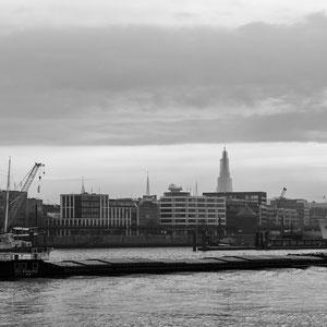 Panorama des Hamburger Hafens mit dem Michel und der Elbphilharmonie.