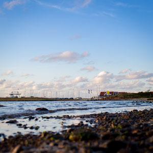 Der Blick vom Strand am Rinkøbingfjord auf den Hafen von Bork Havn in Dänemark