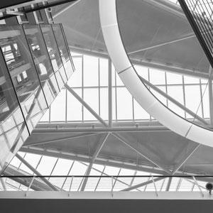 Ein Blick nach oben im neuen Unileverhaus zeigt abstrakte Formen