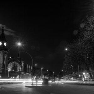 Viel nächtlicher Verkehr vor dem Hauptbahnhof in Hamburg im Licht vom Vollmond