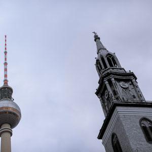 Old vs. New - Die Marienkirche in Berlin Mitte aus dem 13. Jahrhundert ist die älteste noch genutzte Kirche Berlins, dahinter der der Berliner Fernsehturm, gebaut in den 1960er Jahren.