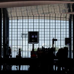 Die Schatten der vielen Passagiere am Flughafen von Hurghada sind vor dem Blick nach draußen auf das Rollfeld gut zu sehen