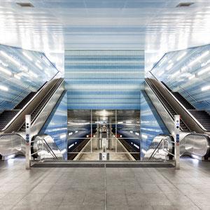 """Die U-Bahn-Station """"Überseequartier"""" auf der Linie U4 in Hamburg ist ein Meisterwerk der architektonischen Symmetrie."""