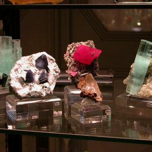 Minerales de colección en el teatro: Benitoita, Rodocrosita de la Sweet Home Mine, Cerusita de Tsumeb, etc