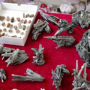 Mesa de comerciante de China con antimonitas y cuarzos con granates