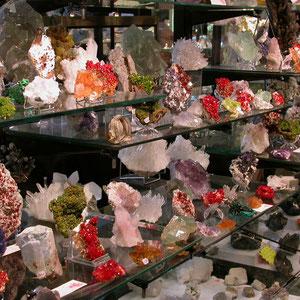 Puesto de comerciante del teatro con gran variedad de minerales
