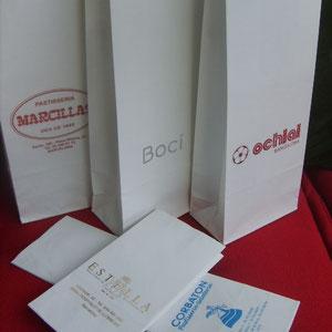 Bolsas de papel dobleforro o interior film PP, disponibles en 4 medidas. Bolsa de papel estucado + antigrasa, en celulosa blanca para bombones, pastas, buñuelos en las siguientes medidas :   80+50x170 mm. 80+50x240 95+70x290 130+70x340