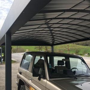 Carport pour 1 ou 2 voitures et en couverture du carport en aluminium, pour une meilleure résistance à la neige et au vent, de la tôle bac cintrée.
