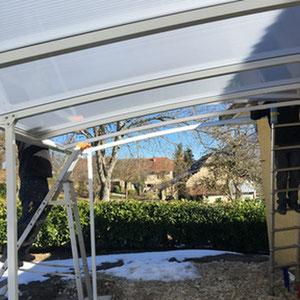 La toiture en polycarbonate réfléchissant pour conserver la luminosité.