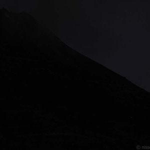 Schwarzer Vulkan vor schwarzer Nacht