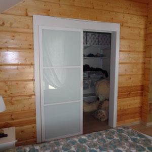 белая раздвижная дверь