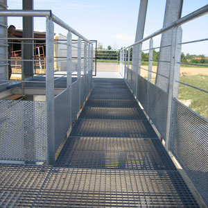 couloir avec garde corps métalliques