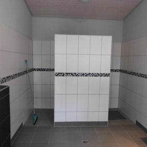 Duschkabinen im Herrenwaschraum