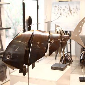 Mathias SOUVERBIE - FISH - Réf galerie 249 - Dimensions : 60 x 45 x 59 cm - Inox, marbre noir, laiton / Mobile - DISPONIBLE