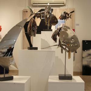 En bas à droite de l'image : Mathias SOUVERBIE - RACE - Réf galerie 248 - Dimensions : 42 x 31 x 55 cm - Inox, marbre noir, laiton / Mobile - DISPONIBLE