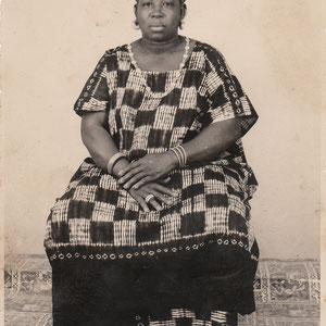 Malick Sidibe - Photo 2 - 12,5 x 17,5 cm - Photo tirage argentique - Cachet du studio au dos du tirage (années 1970) - Encadrement sous verre bords métal noir mat (51 x 41cm). Prix sur demande.