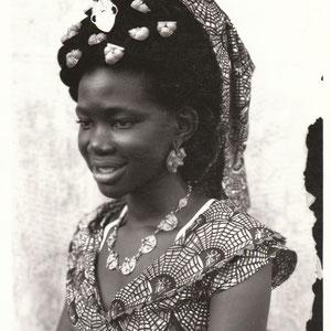 Seydou Keita - Photo 1 - 12,5 x 17,5 cm - Photo tirage argentique - Cachet du studio au dos du tirage (1998) - Prises de vues 1949 à 1951 - Signature de l'artiste - Encadrement sous verre bords métal noir mat (51 x 41cm). Prix sur demande.