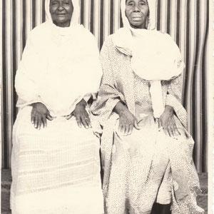 Malick Sidibe - Photo 1 - 12,5 x 17,5 cm - Photo tirage argentique - Cachet du studio au dos du tirage (années 1970) - Encadrement sous verre bords métal noir mat (51 x 41cm). Prix sur demande.