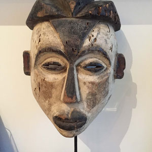 HERITAGES DES ARTS PREMIERS - Héritages des Arts Premiers - Masque Tsogho/Gabon - Bois et pigments - 36cm (52cm avec socle) - L209/2