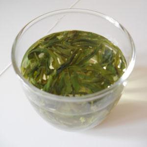 Ja, das ist Tee... Man muss den schlürfen und versuchen, keine Blätter in den Mund zu kriegen, aber er schmeckt gut!
