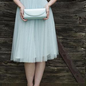 pastellfarbiges Sommerkleid in farblich passender Handtasche