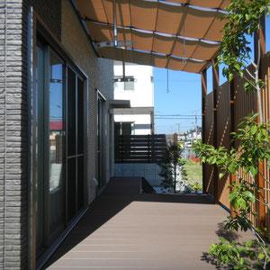 テラスの屋根は透明のポリカーボネート板です。屋根の下にシェードをつけることで強い日差しを防ぐことができます。                                                                                  岡山市南区N様邸 ガーデン フラワーチルドレン