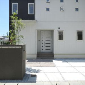 玄関ステップの前には自然石をすき間をとって敷いています。自然石の質感と、歩く速度が遅くなることにより、落ち着いた印象が出ます。                                                         倉敷市福島H様邸 エクステリア フラワーチルドレン