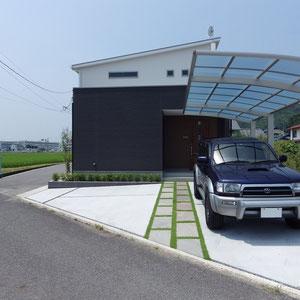 直線基調のデザインです。奥まった玄関への直線アプローチが期待感を作ります。建物に向かって真っすぐに伸び、建物から折れて左に伸びる緑のラインが視線を誘導し玄関周りに広がりを感じることができます。                                                                                                                                     岡山市北区 S様邸 フラワーチルドレン エクステリア