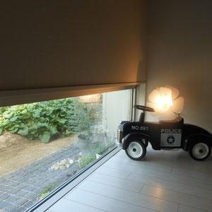 お隣さんに趣旨をお伝えし、小窓から見える青々としたお隣の野菜畑を借景に。ブログ(2014.9/5,9/12,9/22)には、T様からいただいた嬉しい写真をアップしています。                                                                                    倉敷市 T様邸 フラワーチルドレン エクステリア
