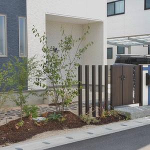 門構えはありながらも、スリット門柱と植栽、そしてゆるやかな築山でやんわりラインを引き、プライベートでは脇道から、備前で選び抜いた耐火レンガの小道をゆっくり味わいながらアプローチできます。                                      倉敷市 K様邸 フラワーチルドレン エクステリア