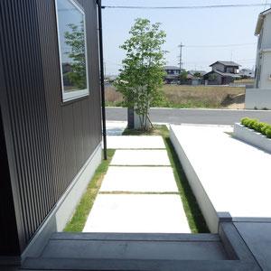 人が歩く玄関からのアプローチは分割してリズミカルにしています。正面にシンボルツリーを植えて、毎日出かける際に緑を目にすることができます。                                                                 倉敷市二日市 T様邸 エクステリア フラワーチルドレン