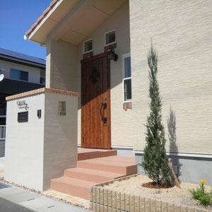建築の設計を変更してもらい、玄関ドア前のスペースを広くとることができました。インターフォンを階段下で使用することにより安心感が出ます。郵便物は道路側から入れて玄関側から受け取るタイプです。  岡山市南区O様邸 エクステリア フラワーチルドレン