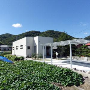 のどかな景色の中にある建物は山の稜線を超えないよう平屋作りです。お客様のご要望を叶えながらどれだけ周りの景色に溶け込むことができ、さらに建物の設計意図を引き立たせることができるのか?今回のデザインで重視した点です。                                                                         岡山市南区 S様邸 エクステリア フラワーチルドレン