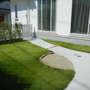お庭はコウライ芝を敷き詰めました。砂場の縁取りも備前の耐火レンガです。お子さまが遊ぶ姿をキッチンから楽しむことができます。                                                                                                                      岡山市東区N様邸 ガーデン フラワーチルドレン