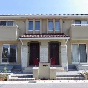 三井ホーム施工の新築メゾネットのエクステリアです。特徴のある外観ですので建物に合うシンメトリー(対称性)のデザインを選び。家族が安心して暮らせるよう、使いやすさを重視しています。                                                                                                    瀬戸内市邑久町 エクステリア フラワーチルドレン