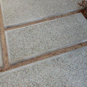 玄関ポーチ前のアクセントに、ブルーグレーの天然砂利:青海(せいかい)洗出しをモルタル縁で仕上げました。春にはダイカンドラの緑が目地を覆い、くっきり引き立ててくれるはずです。                                                                                                                                      岡山市東区 O様邸 エクステリア フラワーチルドレン