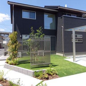 建築外装の色の組み合わせがブラック×シルバーでした。アルミのパーテションに木調色を使う案も出ましたが、施主様はシルバーを選ばれました。クールな印象を保ちながら、植物を取り入れることにより人工物と植物がお互いを引き立てています。                                                                                                                    総社市井出 N様邸 フラワーチルドレン エクステリア
