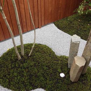高さの違う3本の六方石はほんのりとライトアップされます。                                                         岡山市中区 F様邸 フラワーチルドレン 坪庭