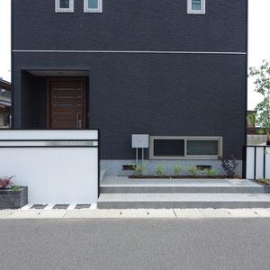 家の外壁は 『黒色』 がメインなので、外構で 『白色』 を足してみたらどうだろう? 施主様と一緒に色のバランス、素材の質感の強弱を考え、意見をすり合わせたデザインです。                                                                        倉敷市二日市 A様邸 フラワーチルドレン エクステリア