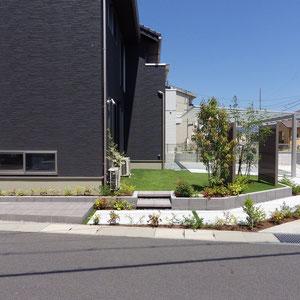 駐車スペースから玄関までのアプローチはお庭を周り込む動線です。日々変わる植物の姿を見ることができます。                                                                                                                                                                                  総社市井出 N様邸 フラワーチルドレン エクステリア