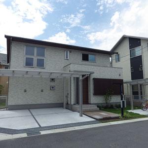 落ち着いた雰囲気の外壁と屋根の水平ラインが美しい住宅。カーポートやサイクルポート、表札も直線基調の製品が選ばれました。シンプルに・・・シンプルに・・・ですが、 『簡単に・・・』 ではありません。                                                                       倉敷市白楽町 K様邸 フラワーチルドレン エクステリア