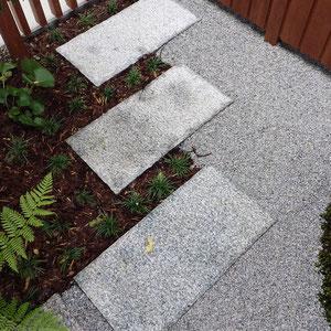 植物、天然石、砂利。自然から生まれた素材は相性が抜群です。                                                           岡山市中区 F様邸 フラワーチルドレン 坪庭