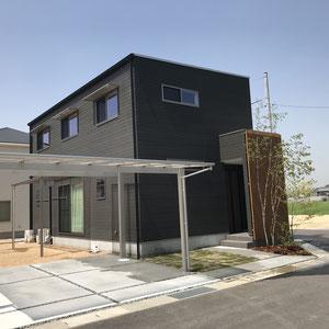 黒く四角い建物に合わせシャープなカーポートを設置。